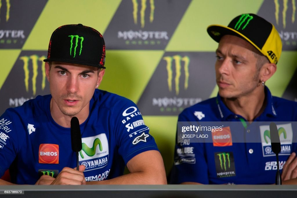 Movistar Yamaha's Spanish rider Maverick Vinales (L) speaks beside Movistar Yamaha's Italian rider Valentino Rossi during a press conference at the Catalunya racetrack in Montmelo, near Barcelona, on June 8, 2017, on eve of the Catalunya Moto GP Grand Prix training sessions. / AFP PHOTO / Josep LAGO