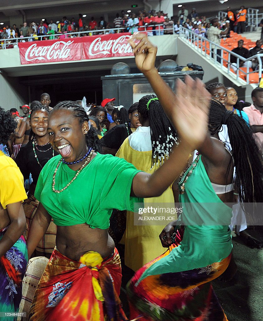 Mozambican dancers perform during the op : News Photo