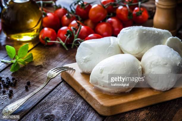 queso mozzarella - frescura fotografías e imágenes de stock