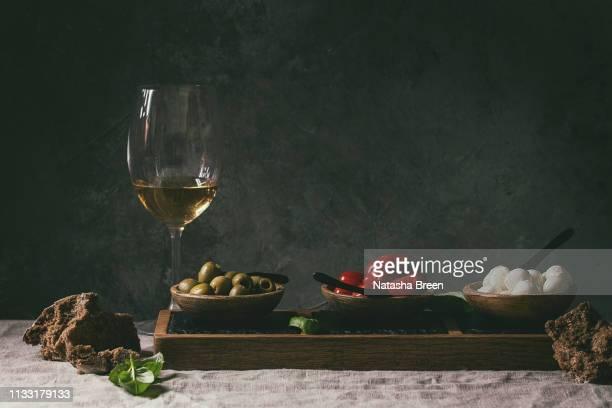 mozzarella tomatoes olives antipasto - italienische kultur stock-fotos und bilder
