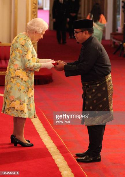 Mr Ahmad Fadillah Sellahhuddin from Brunei Darussalam receives his Young Leaders Award from Queen Elizabeth II during the Queen's Young Leaders...