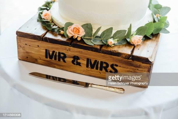 mr and mrs wooden box wedding cake stand - ashford kent - fotografias e filmes do acervo