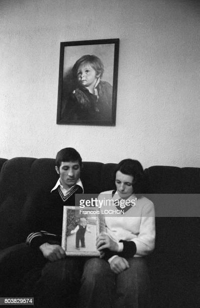 Mr et Mme Bouanich montrant la photo de leur enfant décédé suite à une application de talc Morhange le 22 octobre 1979 à CharlevilleMézières France