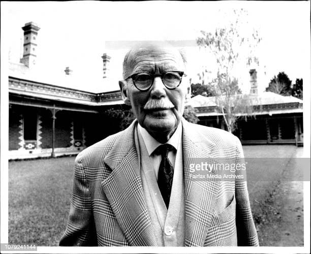Mr H G Raymond at the St Albans Stud Geelong October 30 1970