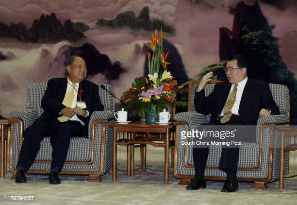 Mr Lee Cho-jat who is the Chairman of the Hong Kong Newspaper Society during talks with Chinese Politburo Standing Committee member Mr Li Changchun ,...