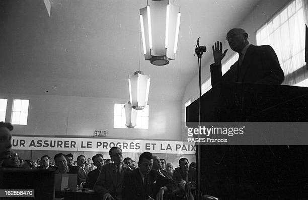 Mrp Congress En 1954 Robert SCHUMAN dans l'ombre derrière un pupitre et des micros s'adresse avec des gestes aux membres du Mouvement Républicain...