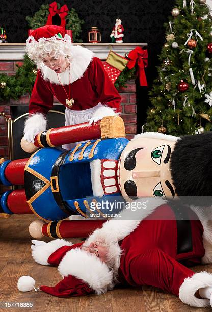 weihnachtsfrau entdeckt santa verletzt - weihnachtsfrau stock-fotos und bilder