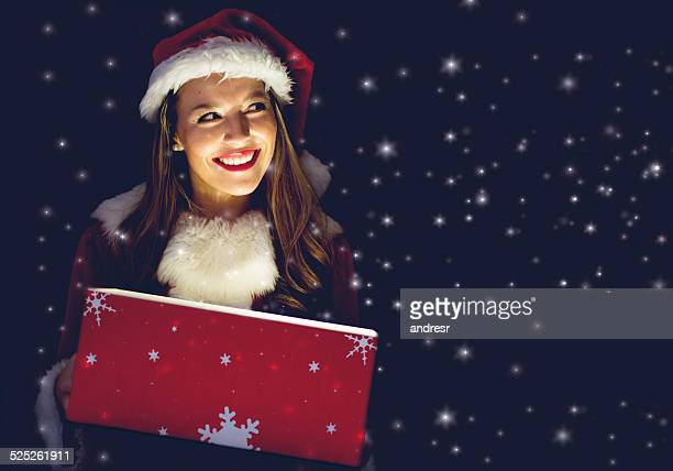 frau weihnachtsmann mit geschenk - weihnachtsfrau stock-fotos und bilder