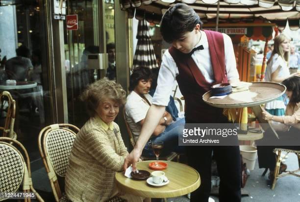 Mrs Harris Ein Kleid von Dior TV Movie Germany Regie Peter Weck Actor Inge Meysel during the shooting in Paris in einem Straflencafe