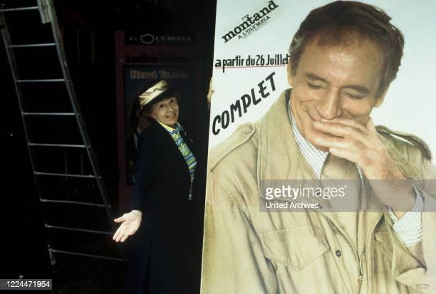 Mrs Harris Ein Kleid von Dior TV Movie Germany Regie Peter Weck Actor Inge Meysel during the shooting in Paris neben einem Plakat mit Yves Montand