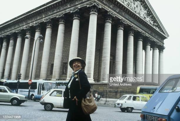 Mrs Harris Ein Kleid von Dior TV Movie Germany Regie Peter Weck Actor Inge Meysel during the shooting in Paris vor der Kirche Ste Madeleine