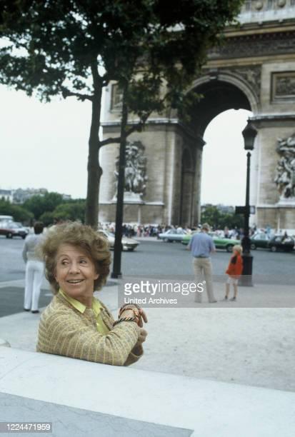 Mrs Harris Ein Kleid von Dior TV Movie Germany Regie Peter Weck Actor Inge Meysel during the shooting in Paris vor dem Arc de Triomphe