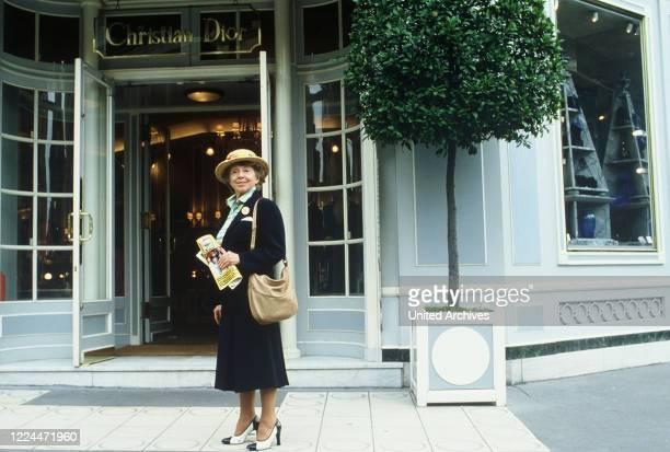 Mrs Harris Ein Kleid von Dior TV Movie Germany Regie Peter Weck Actor Inge Meysel during the shooting in Paris vor der Christian Dior Boutique
