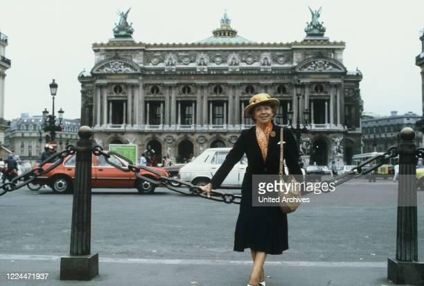 Mrs Harris Ein Kleid von DiorTV MovieGermany Regie Peter Weck Actor Inge Meysel during the shooting in Paris vor der Oper