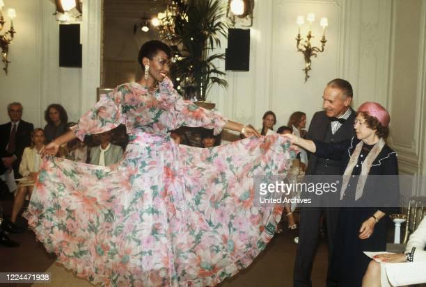 Mrs Harris Ein Kleid von DiorTV MovieGermany Regie Peter Weck Actor Inge Meysel during the shooting in Paris bei einer Modenschau von Christian Dior