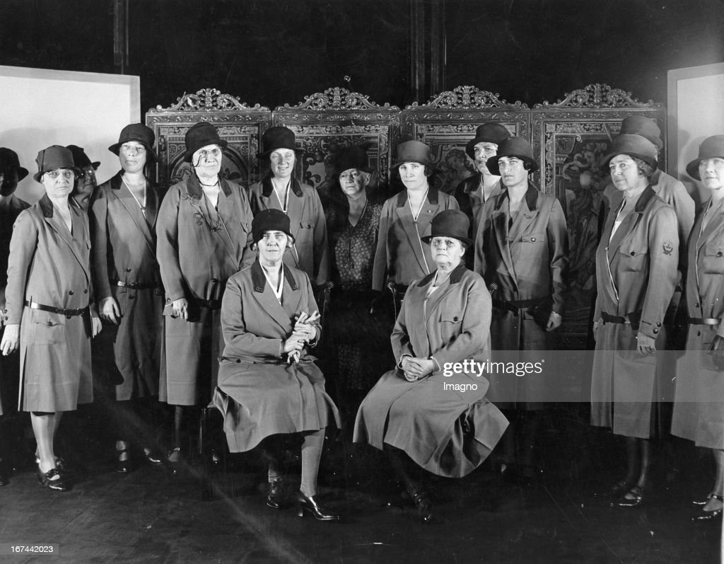 Mrs. Herbert Hoover (seated left). Honorary President of the Girl Scouts. USA. Photograph. About 1935. (Photo by Imagno/Getty Images) Mrs. Herbert Hoover (sitzend links). Ehrenpräsidentin der Pfadfinderinnen. USA. Photographie. Um 1935. .