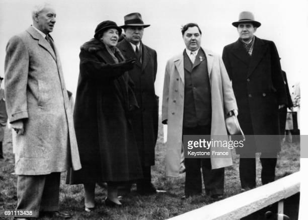 Mrs Topham propriétaire du champ de courses Malik ambassadeur d'URSS en Angleterre Malenkov et Andrei Gromyko assistent au grand steeplechase le 25...