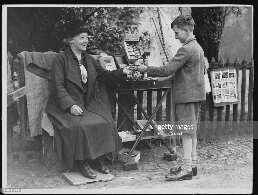 Park Confectioner Selling Chocolate : News Photo