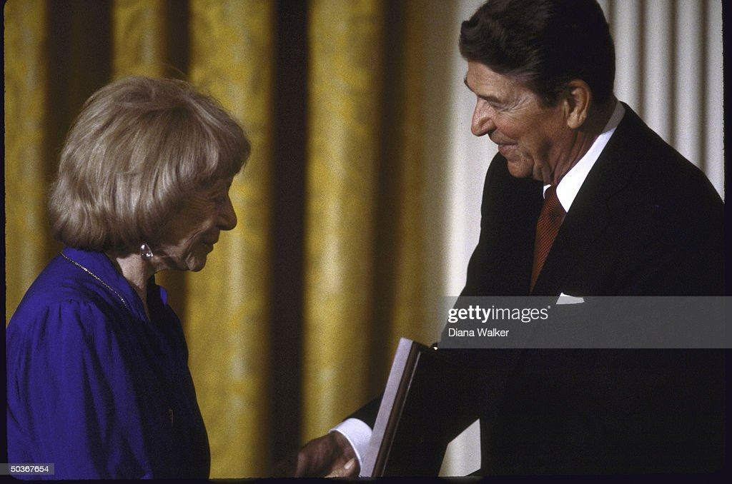 Mrs. Williem De Kooning accepting the National Medal of Arts on her husband's behalf from President Ronald W. Reagan.