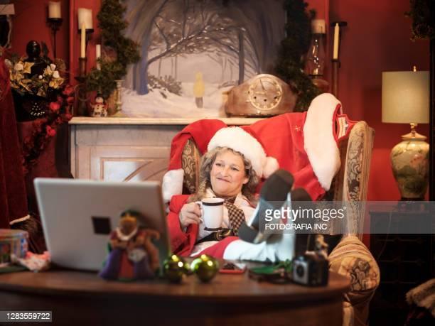 mrs.clause in una videoconferenza - mamma natale foto e immagini stock