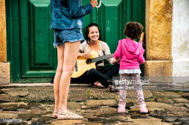 Música callejera toca frente al público en las calles de Paraty, Brasil