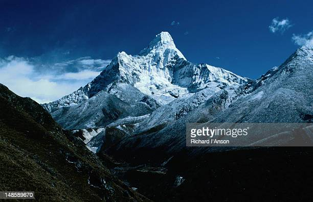 mt ama dablam (6856m) from the trail above the sherpa village of namche bazaar. - khumbu stock pictures, royalty-free photos & images