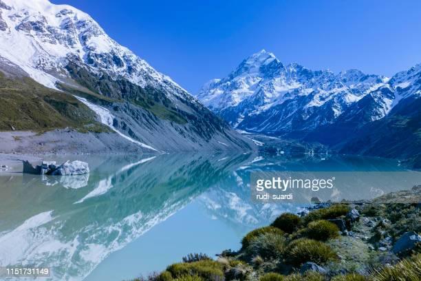 mt. cozinheiro e lago da geleira na área de aoraki, nova zelândia - alpes do sul da nova zelândia - fotografias e filmes do acervo