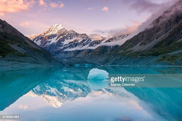 mt cook at sunset reflected in lake, new zealand - new zealand bildbanksfoton och bilder