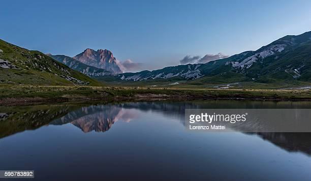 mt corno grande and lake pietranzoni at dawn - カンポ・インペラトーレ ストックフォトと画像
