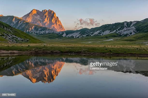 mt corno grande and lake pietranzoni at sunrise - アブルッツォ州 ストックフォトと画像
