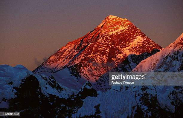 mt everest (8850m) at sunset from gokyo ri (5357m). - gokyo ri ストックフォトと画像