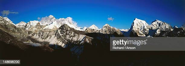 mt everest, lhotse, makalu, cholatse and tawachee from gokyo ri (5357m). - gokyo ri ストックフォトと画像