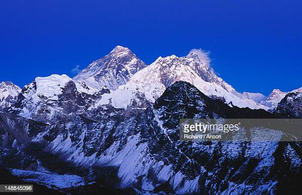 mt everest (8850m), nuptse (7879m) & lhotse (8501m) at dusk from gokyo ri (5357m). - gokyo ri ストックフォトと画像
