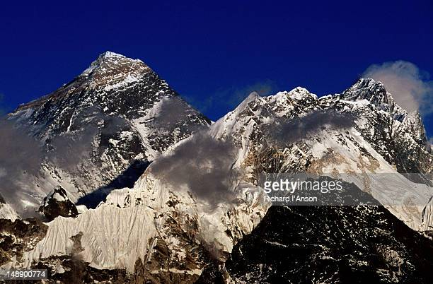mt everest (8850m), nuptse (7879m) & lhotse (8501m) from gokyo ri (5357m). - gokyo ri ストックフォトと画像