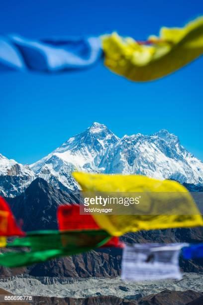 Sommet de Mt Everest encadré entre les drapeaux de prières bouddhistes au Népal Himalaya