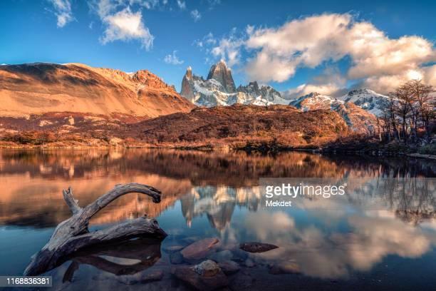 mt. fitz roy and the reflection on the laguna capri, sendero al fitz roy, patagonia, argentina - argentina america del sud foto e immagini stock