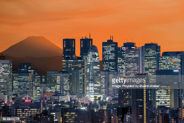 mt. fuji and shinjuku skyline - 東京都庁舎 ストックフォトと画像