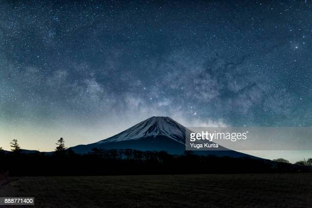 mt. fuji and the milky way - vulkan stock-fotos und bilder