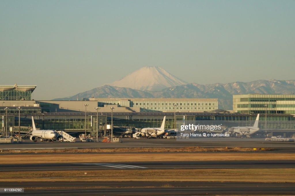 Mt. Fuji and Tokyo Haneda International Airport in Tokyo in Japan : ストックフォト