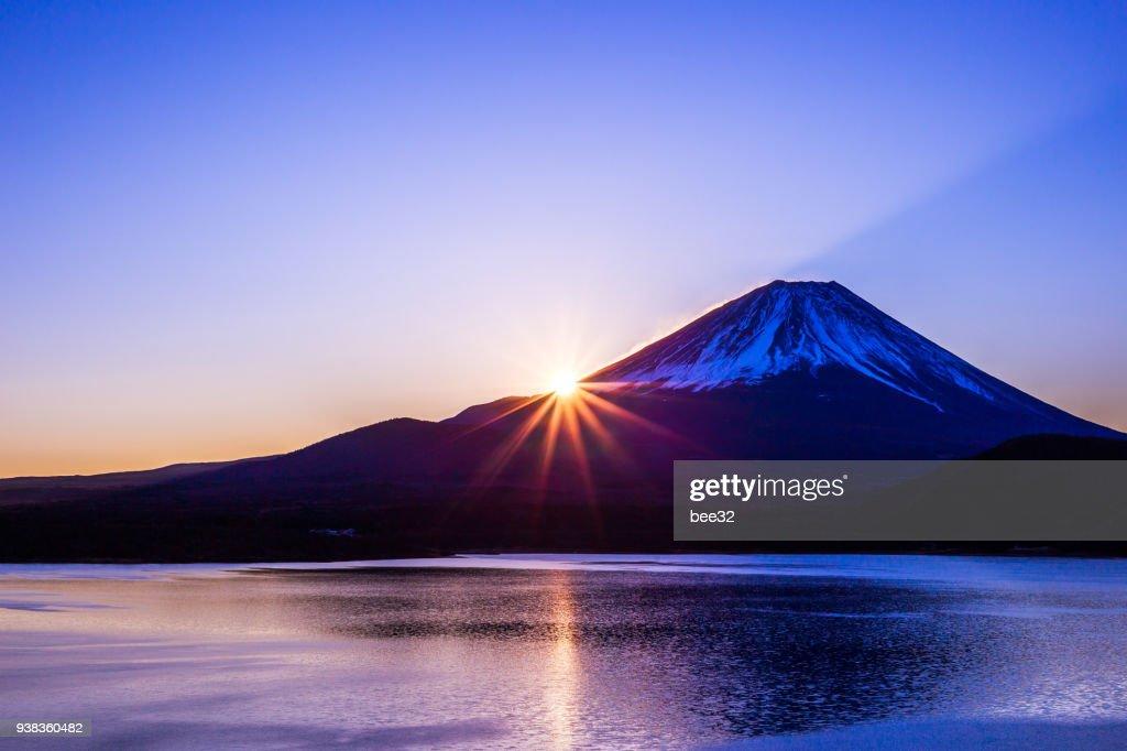 夜明けと本栖湖の富士山 : ストックフォト