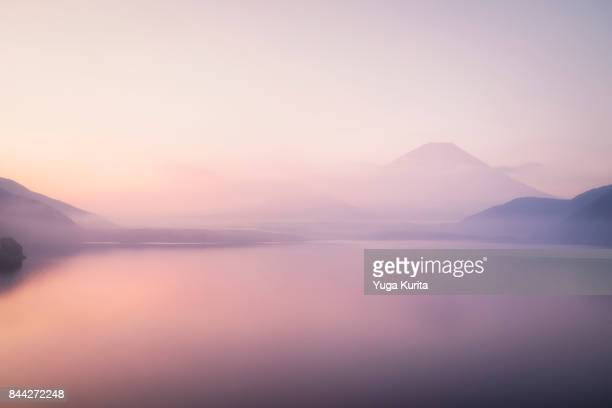 mt. fuji over a foggy lake - nebel stock-fotos und bilder