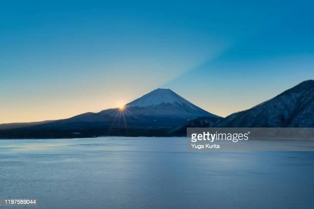 mt. fuji over lake motosu at sunrise - mt. fuji stock pictures, royalty-free photos & images