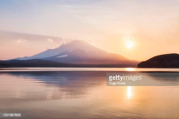 mt. fuji over lake yamanaka at sunset - meeroever stockfoto's en -beelden