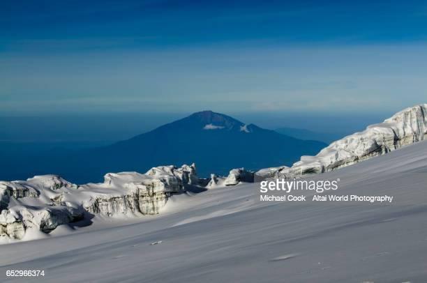 mt meru as seen from kilimanjaro - meru filme stock-fotos und bilder