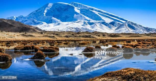 mt. muztag ata with lake in foreground, kunlun, pamir, kashgar, xinjiang province, china - kashgar - fotografias e filmes do acervo