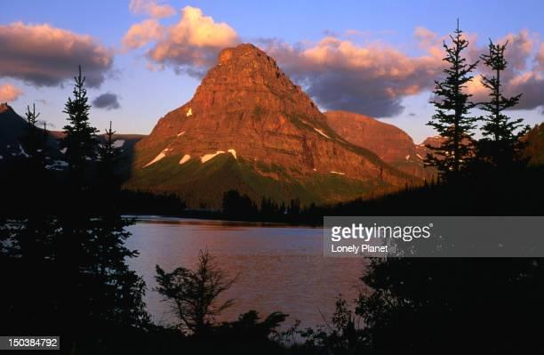 mt sinopah, glacier national park. - montanha sinopah - fotografias e filmes do acervo