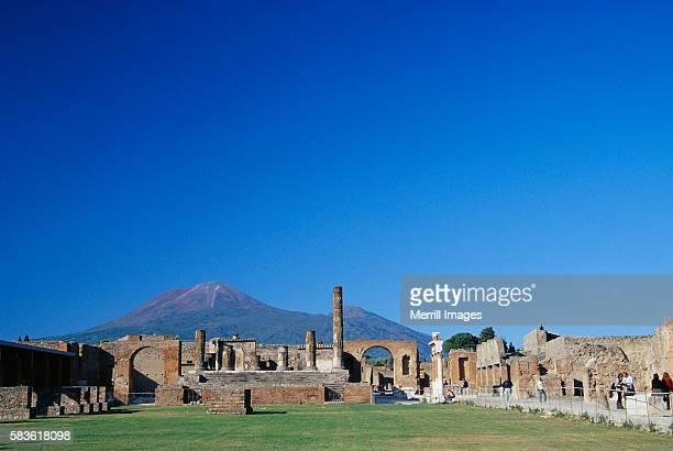 mt. vesuvius behind pompeii - image foto e immagini stock