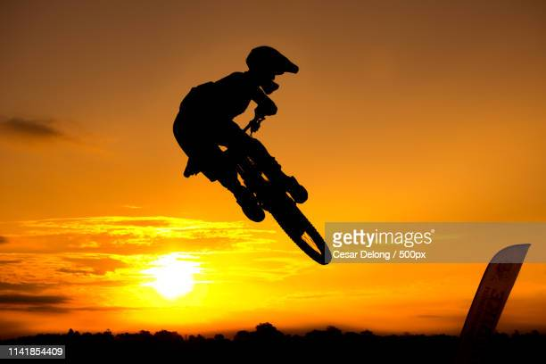mtb downhill silhouette - silhueta stock photos and pictures