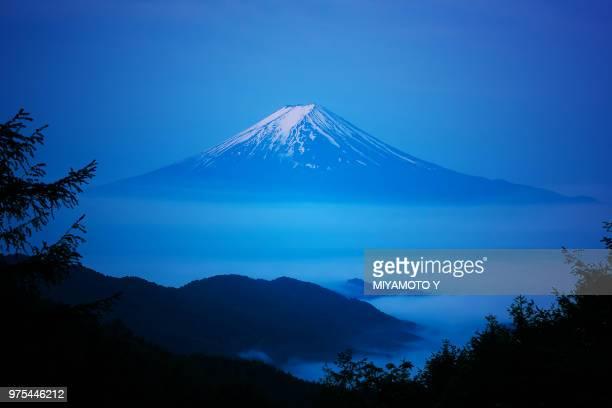 mt.fuji over the sea of cloud - miyamoto y ストックフォトと画像
