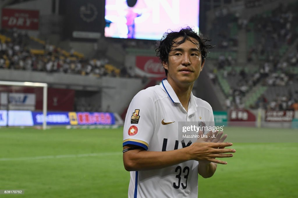 Mu Kanazaki of Kashima Antlers applauds supporters after his side's 2-1 victory in the J.League J1 match between Vissel Kobe and Kashima Antlers at Noevir Stadium Kobe on August 9, 2017 in Kobe, Hyogo, Japan.